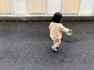 育休中の日常。娘とシャボン玉遊び。