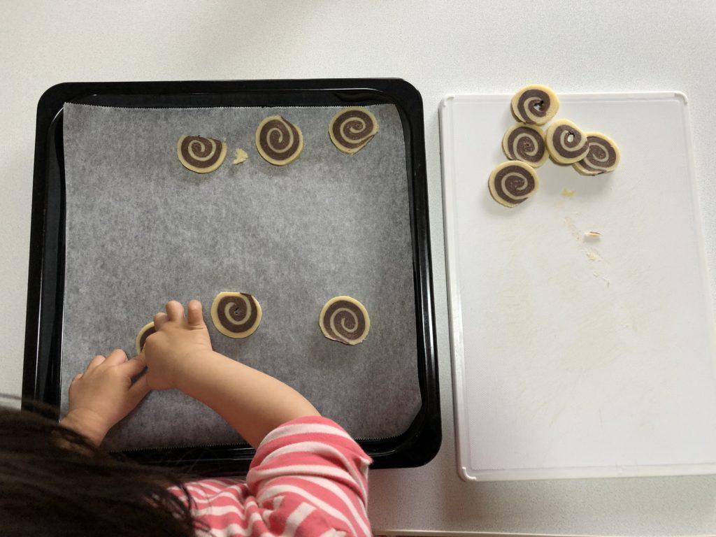 アイスボックスクッキー。切って天板に乗せる。