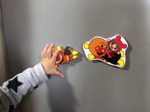おもちゃとお菓子のパッケージのアンパンマンを切り抜いて、発泡スチロール版に貼ったもの。磁石をつけると冷蔵庫にくっつく。