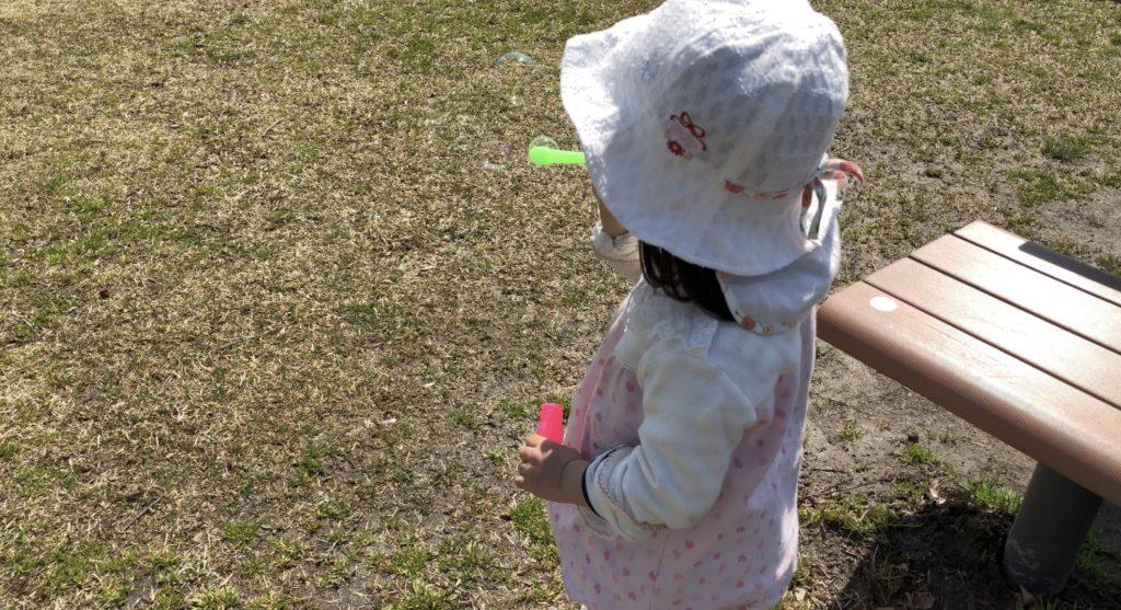 公園でシャボン玉をする娘。