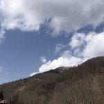 青空。まだ山に雪が残っている。