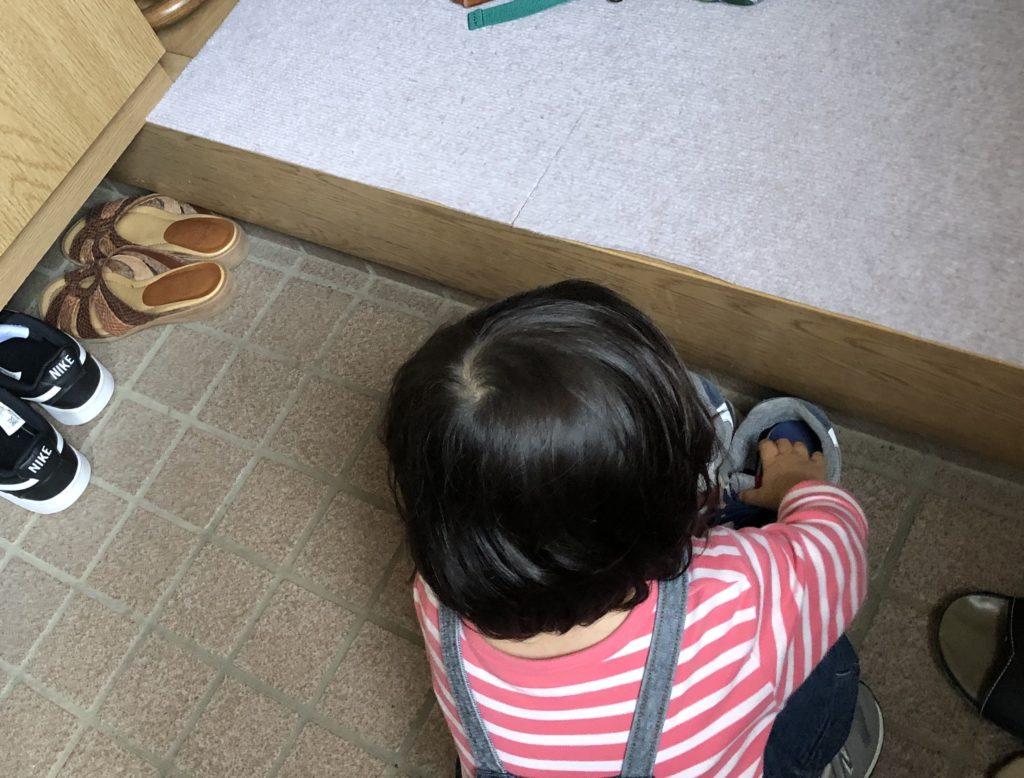 妻に靴を揃えてあげる娘